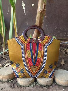 Mustard Dashiki handbag with wooden handle. Unique Purses, Handmade Purses, Ankara Bags, Sacs Design, African Accessories, Latest Bags, African Textiles, Patchwork Bags, Fabric Jewelry