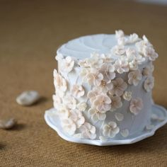 buttercream flowers/ Bridal parties Bridal tea and shower, (or Engagement party. you may need more cake. try white for one cake , chocolate for second cake ! Pretty Birthday Cakes, Pretty Cakes, Cute Cakes, Beautiful Cakes, Amazing Cakes, Flores Buttercream, Buttercream Flower Cake, Petal Cake, Fancy Cakes
