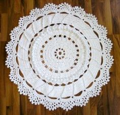 Crochet giant floor doily rug with free pattern/tutorial. I made this one and it's soft, not like the ones made with rope. Really easy, too.