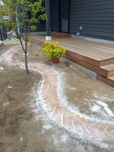 Path using leftover brick - Backyard Garden Inspiration Garden Paths, Lawn And Garden, Brick Garden, Landscape Design, Garden Design, Brick Path, Front Yard Landscaping, Landscaping Ideas, Patio Ideas