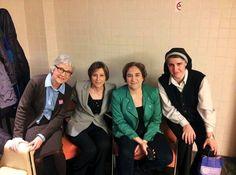 Les quatre dones més influents de Catalunya es reivindiquen - El Singular Digital, 06/03/2014. Catalunya és un país amb veu de dona. Aquest vespre al programa '8 al dia' de 8TV que presenta Josep Cuní ha quedat demostrat. Per primera vegada la presidenta de l'ANC, Carme Forcadell, la presidenta d'Òmnium, Muriel Casals; la portaveu de la PAH, Ada Colau i la fundadora de Procés Constituent, Teresa Forcades, han coincidit en un plató de televisió per debatre sobre el present i el futur.