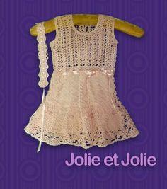 Vestido de niña tejido a mano al crochet, con tiara.