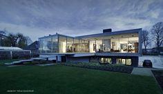 Villa mit Fensterfronten und Flachdach