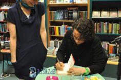 das A&O lässt sich von Autorin Adrienne Braun eines ihrer Bücher signieren. Buchstabenbunt und lebenswortfroh, wie immer ;)
