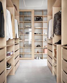 Fantastisk walk-in closet hos Villa Grå - Vardagsglädje Walk In Closet Ikea, Loft Closet, Closet Redo, Walk In Closet Design, Closet Remodel, Closet Designs, Master Closet, Wardrobe Room, Wardrobe Storage