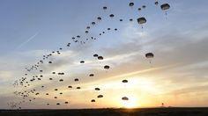 Paraquedistas britânicos saltam juntos em exercício feito pela Força Aérea dos Estados Unidos, em Fort Bragg, na Carolina do Norte. A fotografia com paraquedas enfeitando o céu entrou para o ranking de mais belas imagens da Força Aérea americana registradas em 2015, segundo o site Business Insider