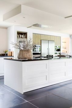 Style combination for a modern and classic whole - Tinello Kitchen Dinning, New Kitchen, Kitchen Decor, Black Kitchens, Home Kitchens, Long Narrow Kitchen, Deco Design, Beautiful Kitchens, Interior Design Kitchen