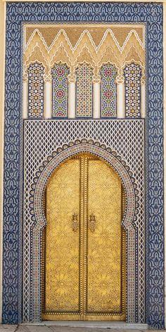 Puerta del siglo XIV del Palacio del Rey en Fez, Marruecos.