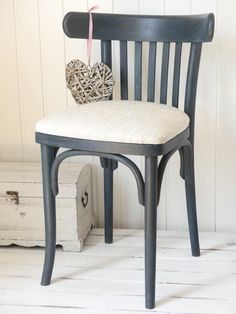 Oprav si stoličku alebo recyklujeme nábytok Funky Painted Furniture, Wood Furniture, Painting Old Chairs, Rustic Restaurant, Bistro Chairs, Diy Chair, Upholstered Dining Chairs, Furniture Making, Furniture Makeover