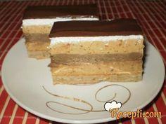 Recept za Snikers tortu. Za spremanje torte neophodno je pripremiti belanca, šećer, sirće, prezle, brašno, kikiriki, gustin, brašno, puding, mleko u prahu, čokoladu.