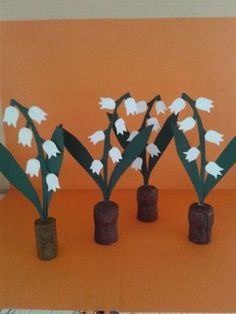 bricolage-maternelle-muguet Crafts For Seniors, Crafts For Kids, Senior Crafts, 1. Mai, Fleurs Diy, Lily Of The Valley, Flower Crafts, Kids Playing, Activities For Kids