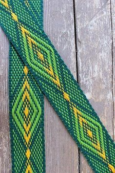 Larger than Life Green Diamond Pickup (pick and drop) woven by Annie MacHale Card Weaving, Weaving Art, Loom Weaving, Inkle Weaving Patterns, Loom Patterns, Braided Rag Rugs, Inkle Loom, Diy Braids, Weaving Projects