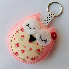 Cute keychain with owl of felt Keychain Hanger by Bambelo Fabric Crafts, Sewing Crafts, Sewing Projects, Craft Projects, Creation Deco, Creation Couture, Felt Owls, Felt Animals, Owl Crafts