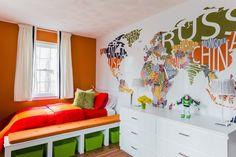 orange gestrichene Wand und Wanddeko Weltakarte