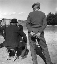 Les boulistes de dos | Vinon sur Verdon 1945 |¤ Robert Doisneau | 27 juillet 2015 | Atelier Robert Doisneau | Site officiel