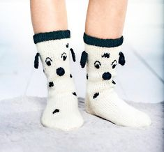 Dalmatialaiset jalkaan! | Meillä kotona Crochet Socks, Knitted Slippers, Knit Crochet, Sweater Knitting Patterns, Knitting Socks, Knitting For Kids, Baby Knitting, Best Baby Socks, Minion Baby