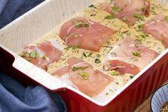Overheerlijke vis uit de oven met pesto: Ingrediënten:(5 à 6 pers) 500 ml kookroom 6 stukken kabeljauw beetje bloem 3 a 4 eetl pest/tapenade met tomaten, groene olijven 6 plakjes parmaham 2 courgette Paleo Zucchini Bread, Skinny Recipes, Healthy Recipes, Dinners To Make, Happy Foods, Fish Dishes, Fish Recipes, Italian Recipes, Good Food