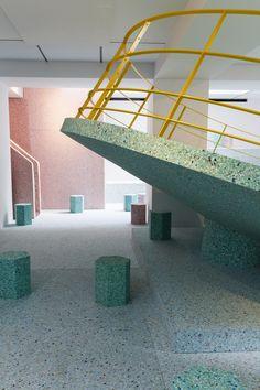 Instalação recria os playgrounds brutalistas de Londres