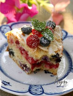This cake looks extremely delicious.  Unfortunately, the recipe is NOT in English!!  Oh well!!  Летний кекс