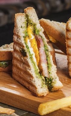 Sandwich chaud au poulet grillé et pesto Hot sandwich with grilled chicken and pesto Healthy Sandwiches, Wrap Sandwiches, Pesto Sandwich, Grill Sandwich, Sandwich Box, Chicken Sandwich, Homemade Sandwich Bread, Homemade Breadsticks, Gourmet Recipes