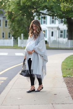 Maternity fashion and perfect fall layering with ponchos featuring @lulus! #spon