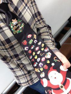 陽気なサンタがプレゼントをみんなに配るというとてもHappyなネクタイです♪ 子供にも大人気なこと間違いなし! 結び目の下に丁度リースがくるデザインになっていますヾ(^ω^*)