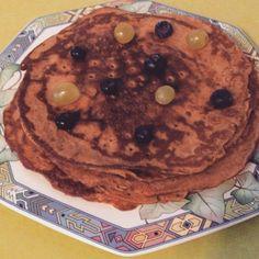 Sunde pandekager   Ingredienser:  2 dl hvedemel 1/2 dl kokosmel 1/2 dl palmesukker  2 spsk kokosolie  1 tsk vanille 1 tsk kardemomme 4 dl soyamælk 1-2 æg   Bland alle de tørre ingredienserne sammen i en blender eller skål og bland godt. Kom der efter olien på panden og smelt, kom det derefter op i dejen sammen med æg og mælk og bland derefter til en god dej kom evt mere mælk i hvis dejen er for tyk! Derefter steges de bare på panden i lidt kokosolie.  Og så har man dem....