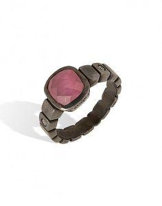 Anel de prata negro com pedra rosa cat's eye. Anel de prata da linha Giacomini, modelo de prata quadrado com o tamanho ideal, muito feminino.