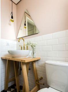 banheiro com espelho geométrico