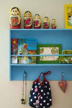 Old dish rack turned, painted, and into a shelf. | Ein altes Tellerregal, lackiert und umfunktioniert als Wandregal.