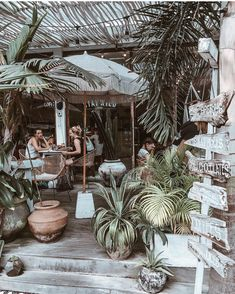 List of the best known restaurants in Bali. The most photogenic restaurants and cafes in Bali, including Bikini, Nalu Bowls, … Restaurant En Plein Air, Bali Restaurant, Outdoor Restaurant, Beach Restaurant Design, Veranda Restaurant, Organic Restaurant, Nalu Bowls, Bali Baby, Bali Honeymoon
