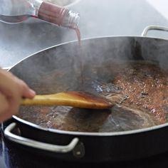 Beim Ablöschen kommen Wasser, Wein oder Brühe in die heiße Pfanne und lösen den aromatischen Bratsatz vom Boden - die Basis für eine leckere Soße.