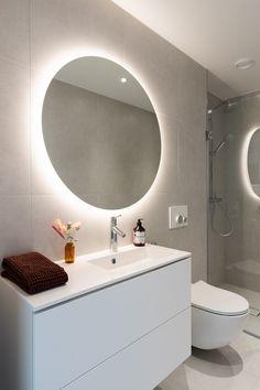 Simppeli allaskaluste ja pyöreä valopeili | Unique Home Turku Bathroom Lighting, Mirror, Unique, Furniture, Home Decor, Bathroom Light Fittings, Bathroom Vanity Lighting, Decoration Home, Room Decor