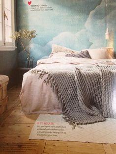 Mooie sfeer slaapkamer. Blauwe wolken behang van vtwonen