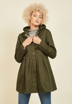 Your uniqueness is meant to be heralded, so give passersby the opportunity to praise it with this green anorak by Kling! Known for its quirky detailing, this Spanish brand delivers once again with the hood, silver snaps, and pleated waist of this cotton jacket - a testament to your unparalleled self!