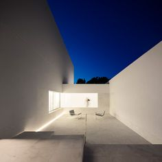 Image 16 of 57 from gallery of La Pinada House / Fran Silvestre Arquitectos. Photograph by Fran Silvestre Arquitectos Minimalist Architecture, Interior Architecture, Live Oak Trees, Forest Pictures, Patio Interior, Interior Design, Pine Forest, Modern Buildings, Modern Houses