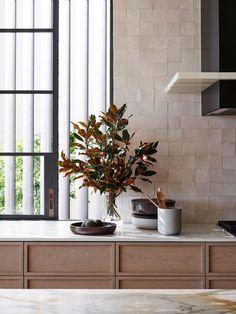 10 Creamy Kitchens with the Perfect Hint of Warmth - BECKI OWENS Interior Modern, Home Interior, Kitchen Interior, Interior Decorating, Decorating Jars, Bohemian Interior, Interior Plants, Scandinavian Interior, Küchen Design