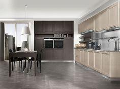 Cucina classica con anta telaio in frassino laccato poro aperto argilla e colonne dispensa tinta titanio.
