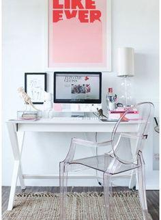 Aménager un bureau dans un petit espace c'est un peu le défi qu'on est nombreux à devoir relever quand on vit dans un petit appartement. Voici une dizaine d'idées pour vous créer un bel espace de travail à la maison.