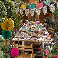 Ideal for a small Cinco de Mayo family dinner party. Loving all the paper craft decor