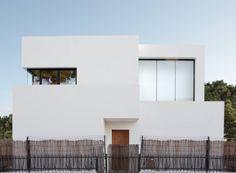 Dominantes Weiß, große Fensterfronten und schlichtes Design im Innern – entdeckt gemeinsam mit uns dieses schlichte Chalet im Süden Spaniens!