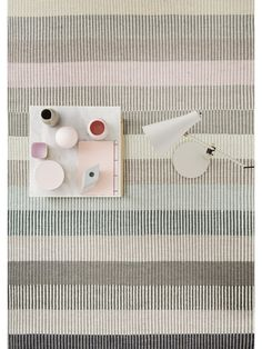Modernes Skandinavisches Design: Der Elegante Linie Design Wollteppich  Devise Wird Von Einem Schlichtem Streifen