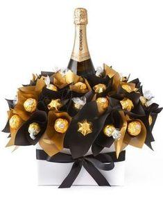Mira cuántas ideas hermosas y originales paraobsequiar chocolates Ferrero Rocher en Navidad. Gracias a su envoltorio dorado lucen elegantes y quedan perfecto en cualquier mesa y con cualquier decoración. Sorprende a tu familia, amigos o invitados con estas ideas hermosas y deliciosas. Son lindos y deliciosos puedes crear con ellos hermosos bouquets.