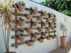 Vertical Garden Ideas The Best Plants for Vertical Gardens Vertical Garden Ideas. You can grow many varieties of plants with a vertical garden plan. Flowers, greenery, vegetables, and fruit can all… Garden Trellis, Herb Garden, Vegetable Garden, Home And Garden, Garden Arbor, Gardening Vegetables, Vertical Garden Design, Vertical Gardens, Vertical Planter