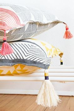 Add a little extra coziness to your indoor get-togethers with these DIY Tasseled Throw Pillows. Sharing the how-to and the trick that makes it so so easy. Clothing Accessories Ideas Cozy for Fall: DIY Tasseled Throw Pillows - Sugar & Cloth Decor Cosy Home Decor, Diy Home Decor Rustic, Upcycled Home Decor, Handmade Home Decor, Cheap Home Decor, Diy Throw Pillows, Cheap Pillows, Fall Pillows, Interior Design Minimalist