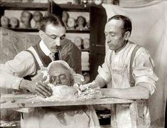 The Making of a Death Mask - morbid art / memento mori Memento Mori, La Danse Macabre, Post Mortem Photography, Iconic Photos, Bizarre Photos, Creepy Photos, Interesting History, Before Us, Vintage Photos