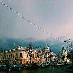 """Прогуляться по набережной было плохой идеейХ)) #VN #Novgorod #clouds #rain #gray #spring #walk #road #city #car #church #Russia #tree #april #week #Friday…"""