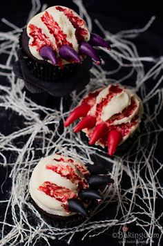 """Monster Claw Halloween Cupcakes: Eat these creepy, """"bloody"""" cupcakes . if you dare. Click through for more cute ways to decorate your Halloween cupcakes! Halloween Cupcakes Decoration, Halloween Cupcakes Easy, Halloween Cakes, Halloween Treats, Halloween Table, Halloween Desserts, Cake Decorations, Holiday Treats, Peanut Butter Snacks"""