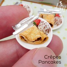 Paris Miniatures - crepes in scale. Cute Polymer Clay, Polymer Clay Miniatures, Polymer Clay Charms, Dollhouse Miniatures, Barbie Miniatures, Miniture Food, Miniture Things, Barbie Food, Doll Food