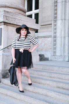 PLUS SIZE FASHION. Trip to Paris,   Black hat, stripe shirt, tulle skirt, heels, bag & bow.   More on: http://schoenwild.de/german-curves-road-trip-a-paris-geburtstag-im-disneyland/  Pics: Lina Mallon